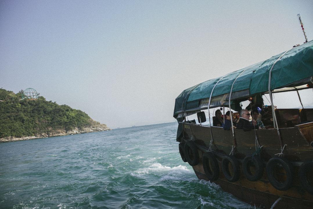 舢舨在香港仔外海上。