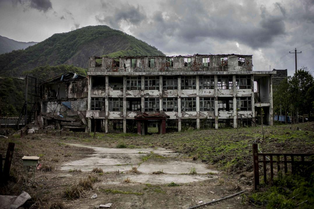 在2008年5月12日的四川地震中,有68712人死亡,17921人失蹤,其中包括5335名學生。圖為北川地震遺址上的北川職教中學。 攝:林振東/端傳媒