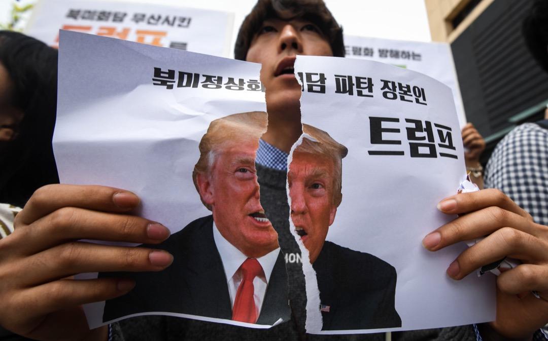 就在北韓公開展演拆除豐溪里核試驗場設施之日,太平洋的彼端傳來震驚世界的消息:特朗普宣布取消6月中的特金會,宣示着韓半島風雲即將再起。 攝:Jung Yeon-je/AFP/Getty Images