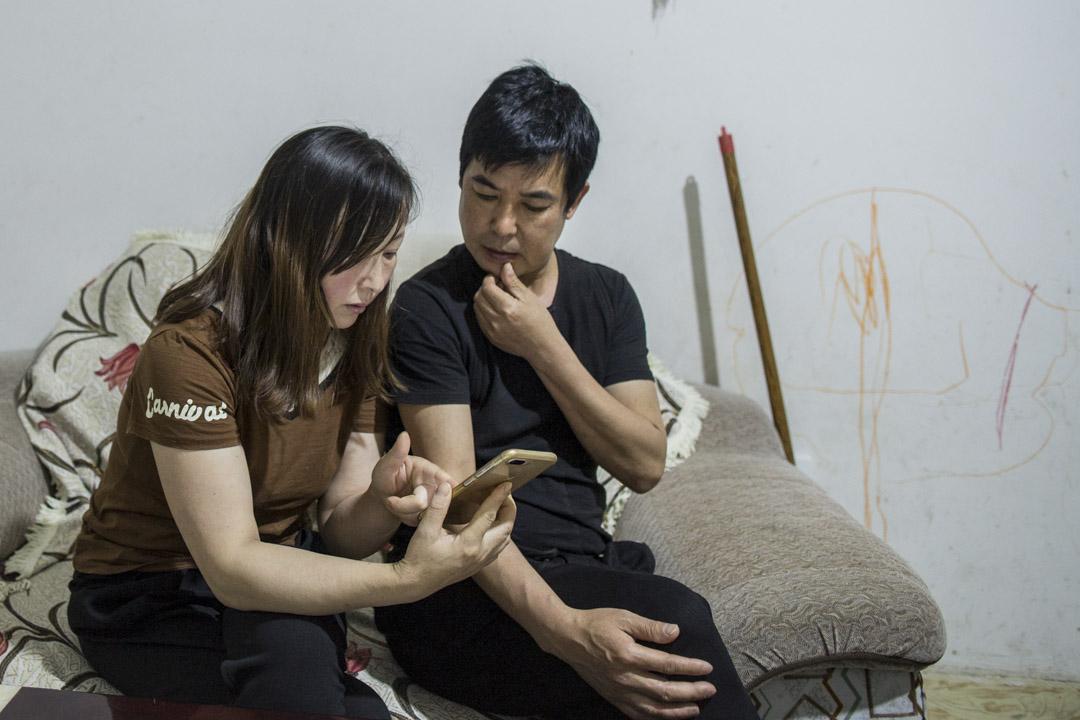 維權多年,桑軍和劉孟瑛習慣把「黑暗的東西」留給自己,兩人扶持,堅持走下去。