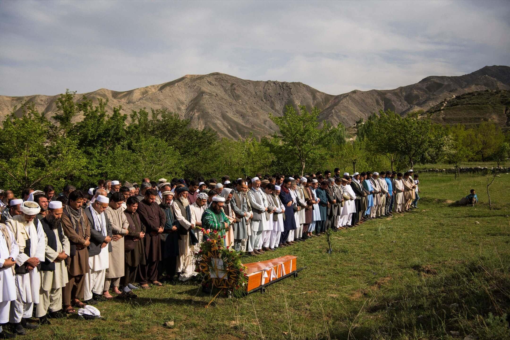 2018年4月30日,阿富汗喀布爾,法新社首席攝影記者 Shah Marai Faizi 落葬,親友們前來參加喪禮。41歲的 Marai 當天較早前在首都喀布爾採訪時遇到自殺式炸彈襲擊殉職,另外有9名來自不同機構的記者及16名平民在同一次襲擊中遇難。