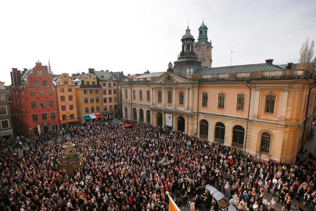 瑞典學院被指處理性醜聞不當,觸發多名院士請辭或拒絕參與學院工作,也引發多次抗議。圖為今年4月19日,大批民眾趁瑞典學院院士舉行每週例行會議,到學院門前廣場示威,聲援不滿學院而請辭的數名院士。 攝:Fredrik Persson / Getty Images
