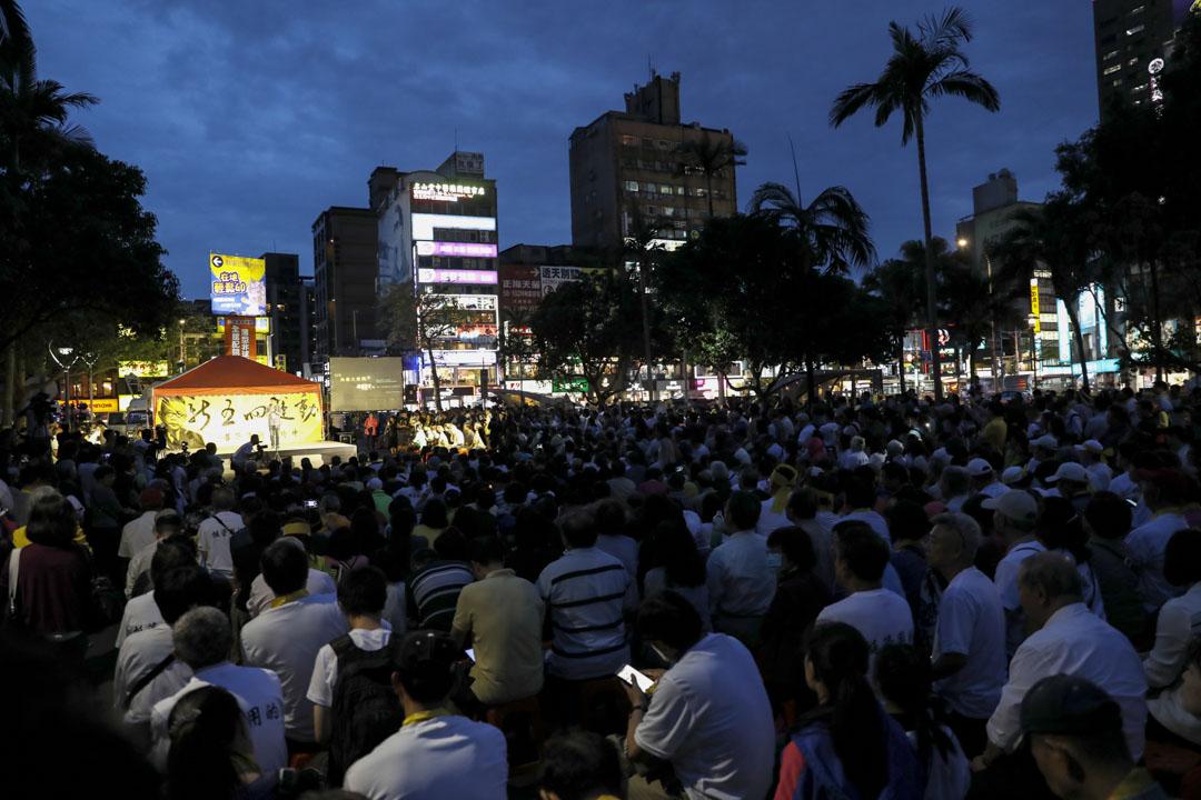 黃昏,台大師生從傅鐘轉移陣地,至校門口舉辦「愛台大 為大學自主而戰」 燭光晚會。