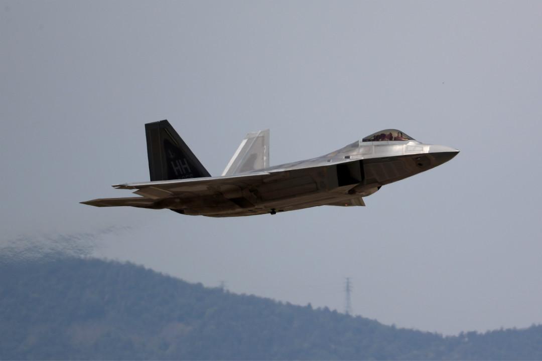 2018年5月11日,韓美空軍舉行代號為「超級雷霆」的聯合軍演,圖為美國 F-22「猛禽」隱身戰鬥機起飛。 攝:Imagine China