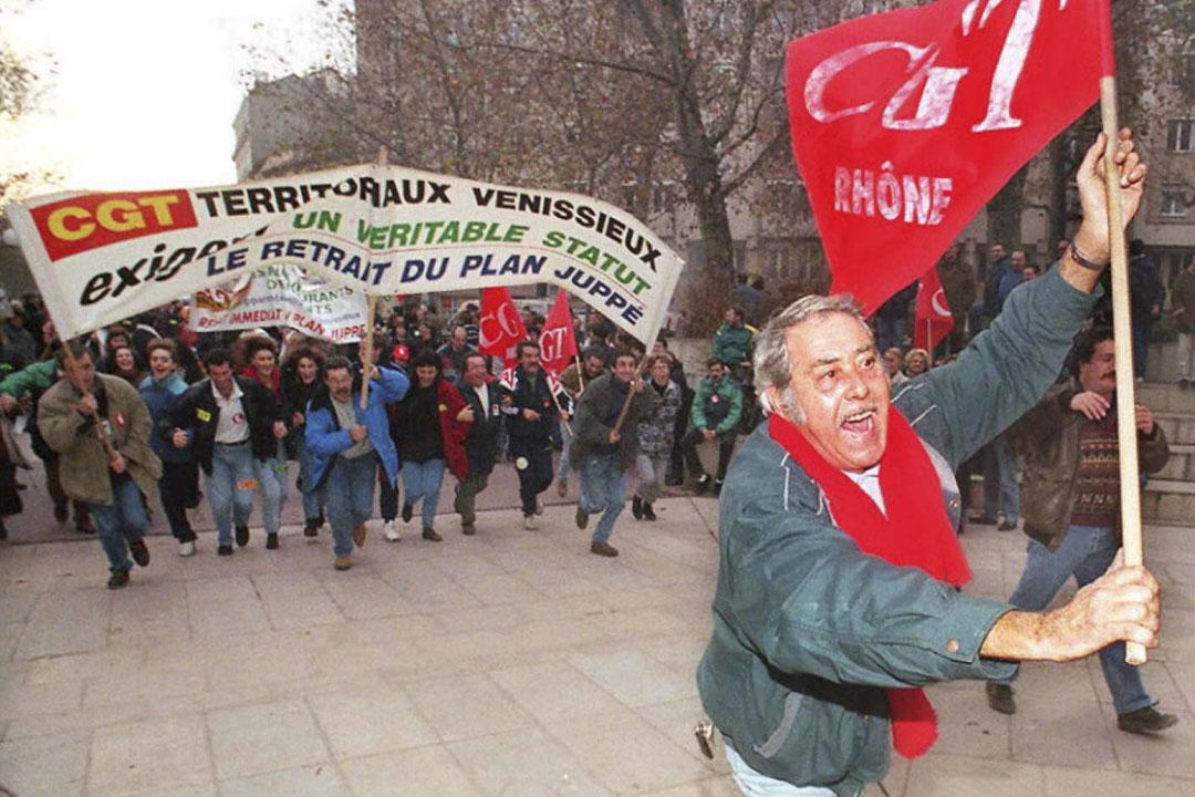 1995年反對退休改革法案的運動,期間法國鐵路、公共巴士同步罷駛,舉國交通全面癱瘓,200萬人大遊行,最終迫使政府讓步遵照工會要求撤回爭議條款。
