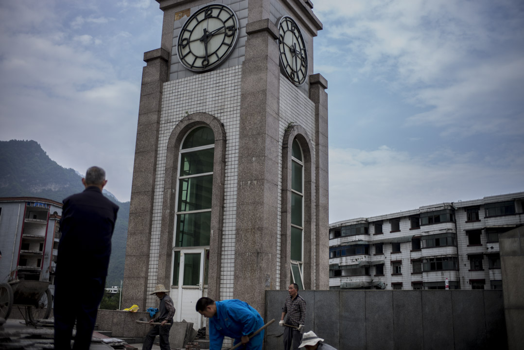 四川漢旺地震遺址,幾個工人在建造新工程,他們都經歷過十年前的大地震。