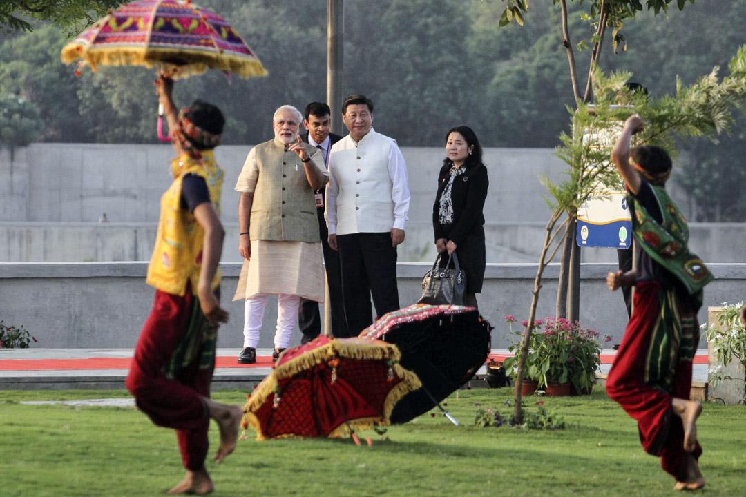 劉奇峰:按照莫迪的務實性格,他顯然知曉中印兩方國力的差距。在一帶一路的步步進逼之下,印度對中的戰線,已經由以往雙邊的邊界問題,延伸到南亞周邊國家,直接挑戰印度的睦鄰外交以及印度洋週邊的勢力範圍。印度在力有未逮、不願獨自和中國對抗的當下,要解除壓力,直接找對方首腦溝通,顯然是最有效的方法。圖為2014年9月17日,習近平訪問印度,和總理莫迪漫步濱河公園。 攝:Ajit Solanki/Hindustan Times via Getty Images