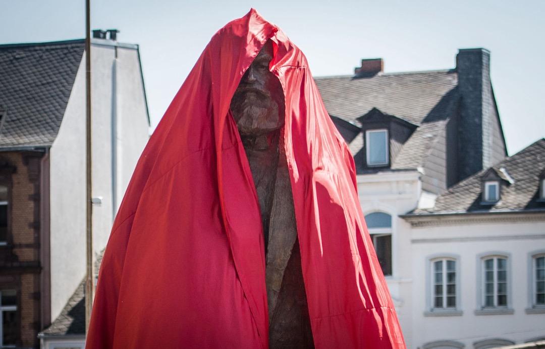 2018年5月5日,德國哲學家馬克思故居德國城鎮特里爾,有儀式為中國贈送的馬克思銅像揭幕。銅像重2.3噸,高4.4米。
