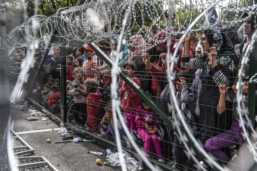 隨着難民危機的爆發,對柏林日益增加的不滿,使得歐爾班等政客可以將歐盟自由民主和多元開放的價值觀,與一個試圖奴役東歐各民族的「歐盟帝國」聯繫起來,不同的價值和議題疊加在共同維度上。