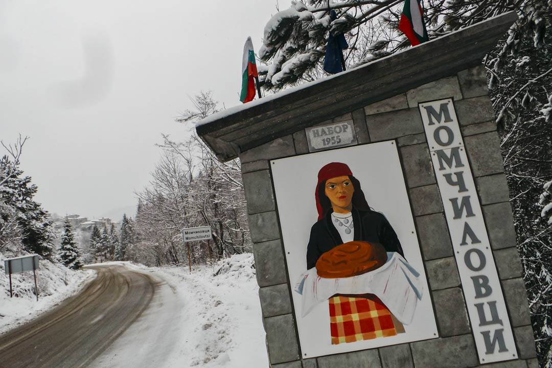 莫姆奇洛夫齊(Momchilovtsi)的村徽是一個少女手捧着一團麪包。