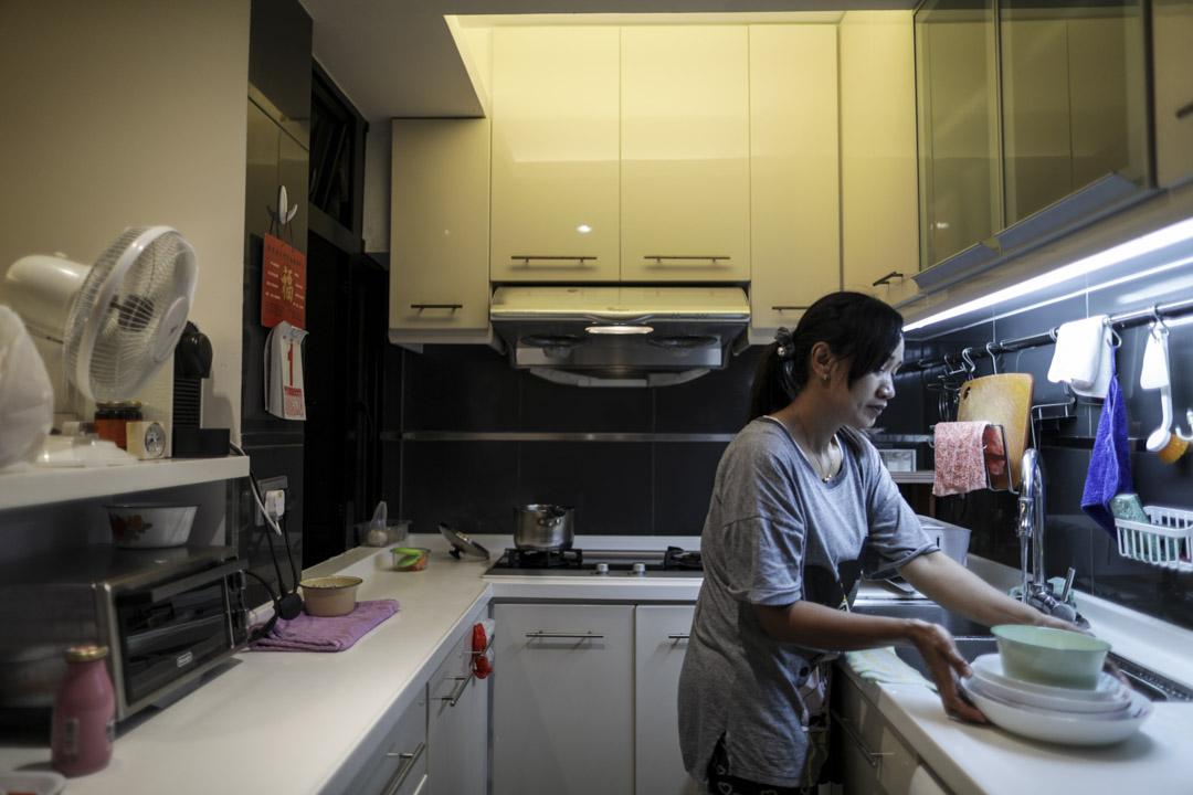 印尼籍家傭Tini來港工作才數月,每逢假日都會與同鄉一起到銅鑼灣或旺角逛街、到維園野餐,五一勞動節亦如是。晚上回家後,為雇主煮飯做家務。
