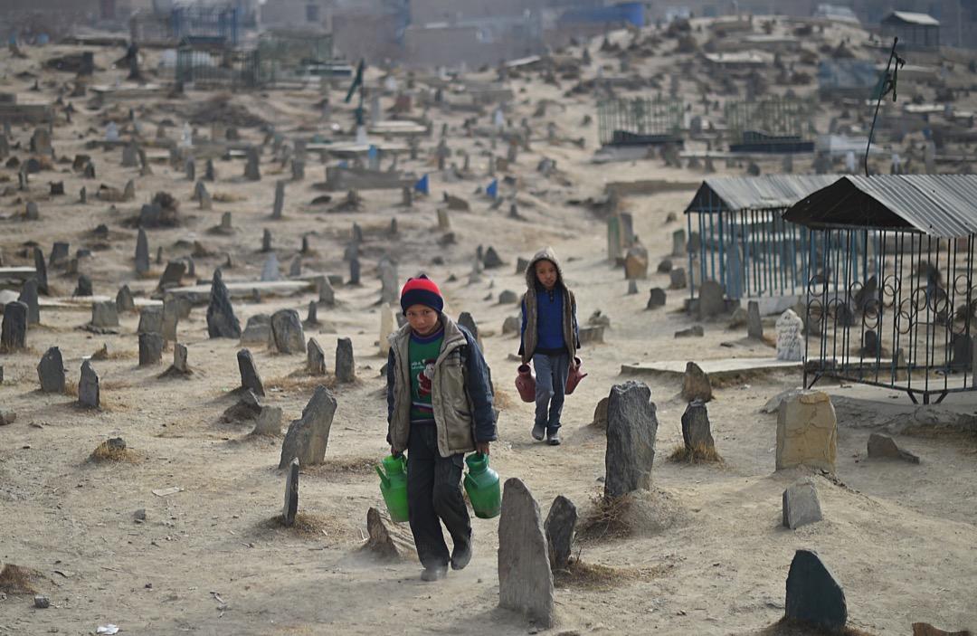 2015年1月12日,兩名以販賣食水為生的阿富汗兒童穿越位於喀布爾的Karte Sakhi墳場尋找客人。1992至1996年間因內戰而亡的數千名死難者都葬於此地。