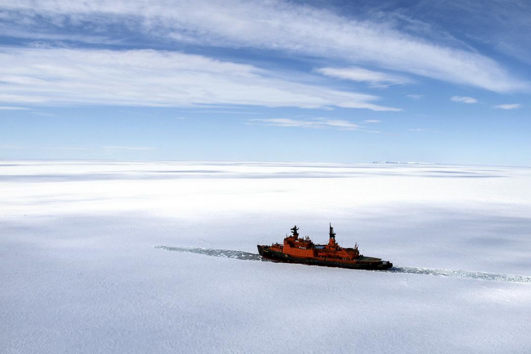 2007年7月26日,俄羅斯核動力破冰船駛向北極圈Lomonosov山脈。
