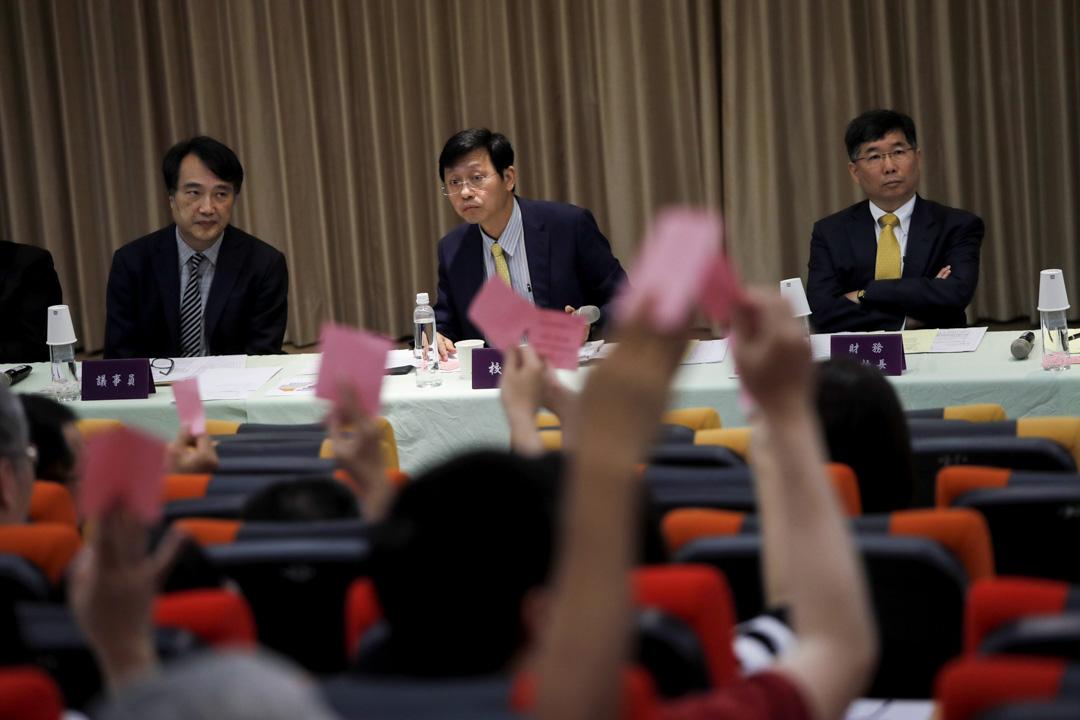 2018年5月12日,台大舉行臨時校務會議,台大代理校長郭大維(中)主持,現場經投票表決通過提案,將要求教育部依法「盡速發聘」。