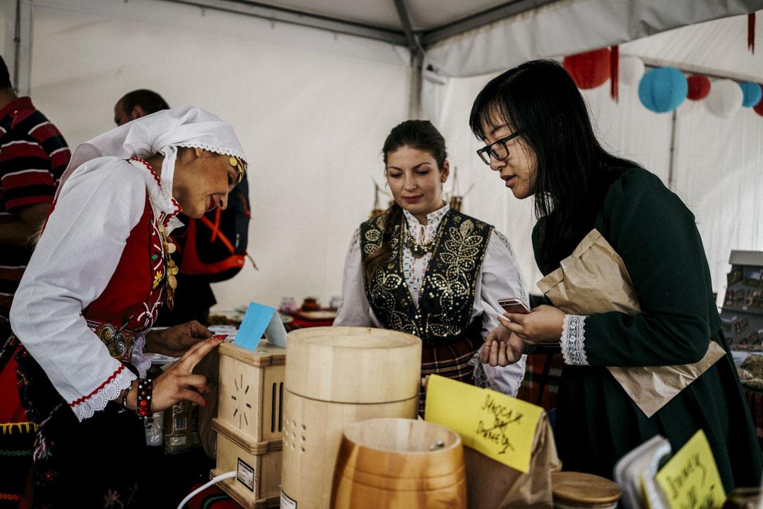 2017年9月8日,第三屆莫斯利安保加利亞國際酸奶文化節在莫姆奇洛夫齊(Momchilovtsi)舉行,有數百名中國遊客參加,有遊客在現場購買紀念品。