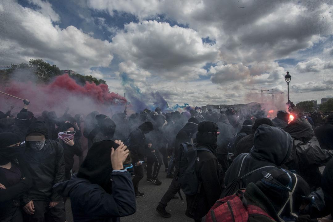 2018年5月1日,巴黎數以千計的示威者響應工會號召於勞動節示威,抗議總統馬克龍推行的經濟政策,過千名蒙面示威者趁機搗亂,打爛商店櫥窗又肆意縱火搶掠。 攝:Guillaume Pinon/NurPhoto via Getty Images