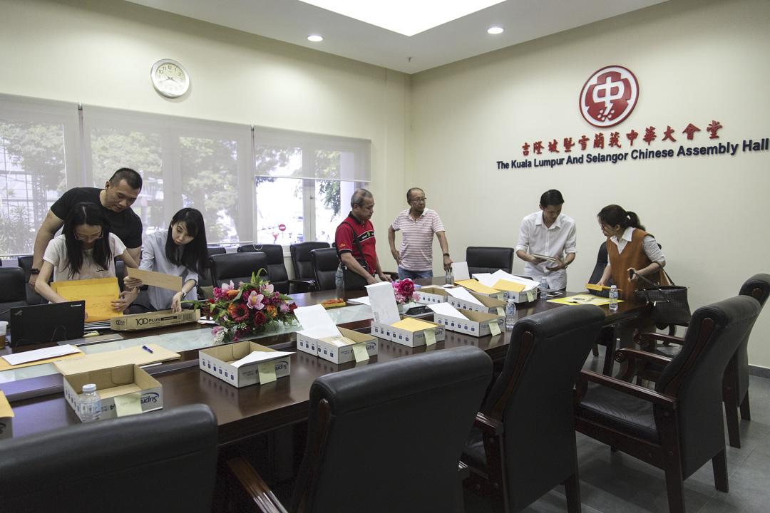 2018年5月8日,馬來西亞吉隆坡,志願者將海外馬來西亞公民的郵政選票分類。 攝:Ore Huiying/Bloomberg via Getty Images