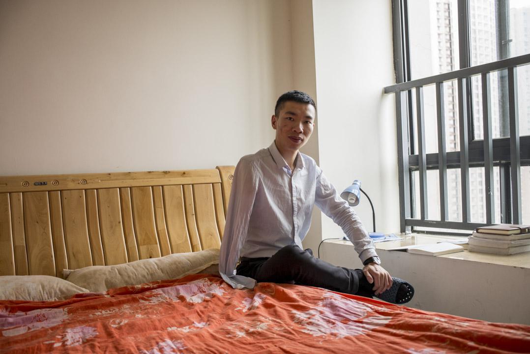 2008年四川大地震時,17歲的袁孝偉正在北川中學讀書,被廢墟掩埋48小時,獲救了接受了右臂截肢手術。