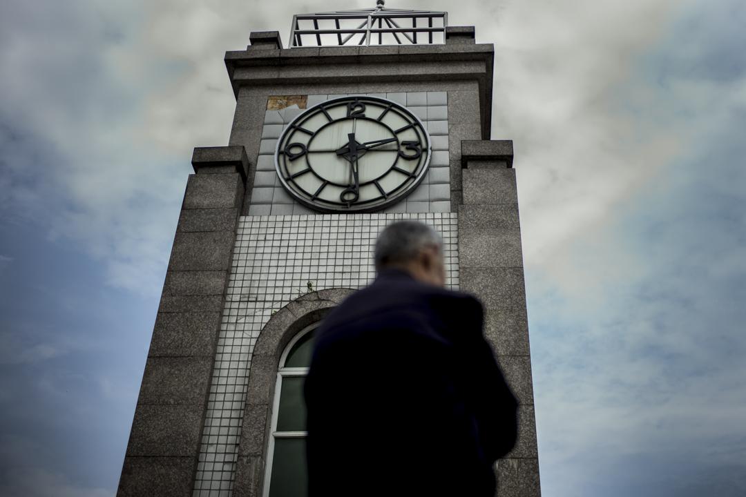 2018年,四川漢旺地震遺址上的時鐘,顯示2008年四川大地震發生的時間。 攝:林振東/端傳媒