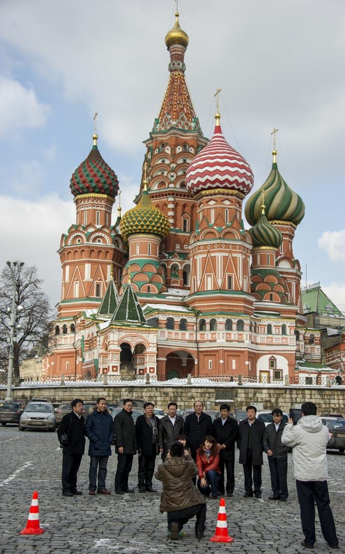 中國遊客在俄羅斯的紅色廣場上拍照留念。