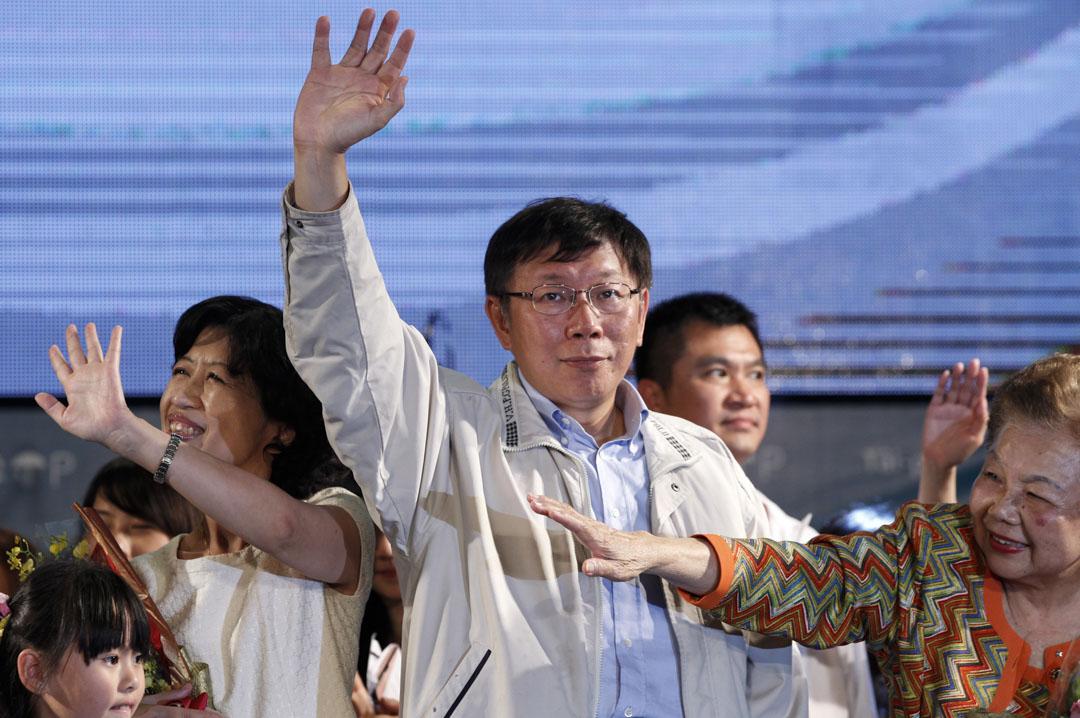 2014年11月29日,柯文哲以「政治素人」的品牌參選台北市長並當選,在父母親、妻子陳佩琪和競選幕僚的陪同下走上戶外舞台,感謝民眾支持。