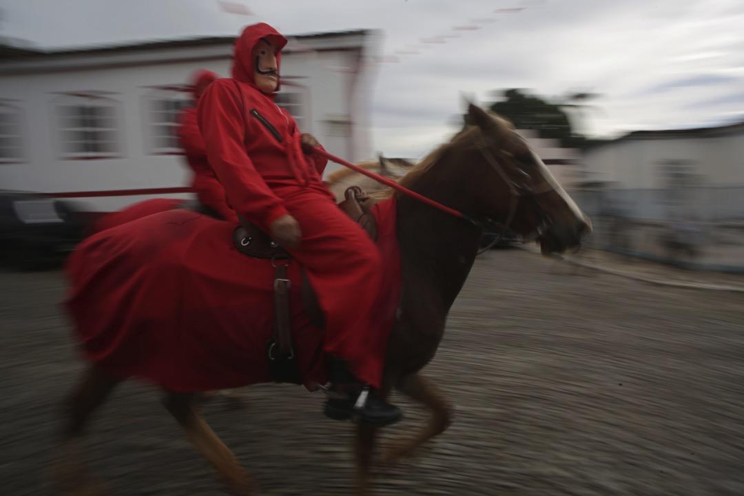2018年5月20日,巴西戈亞斯州,一名騎師騎著馬匹穿越市內街道,慶祝卡瓦利亞達什(Cavalhadas)。這是1800年代葡萄牙殖民巴西期間傳進巴西的節日,紀念中世紀時伊比利亞基督教騎士戰勝摩爾人。