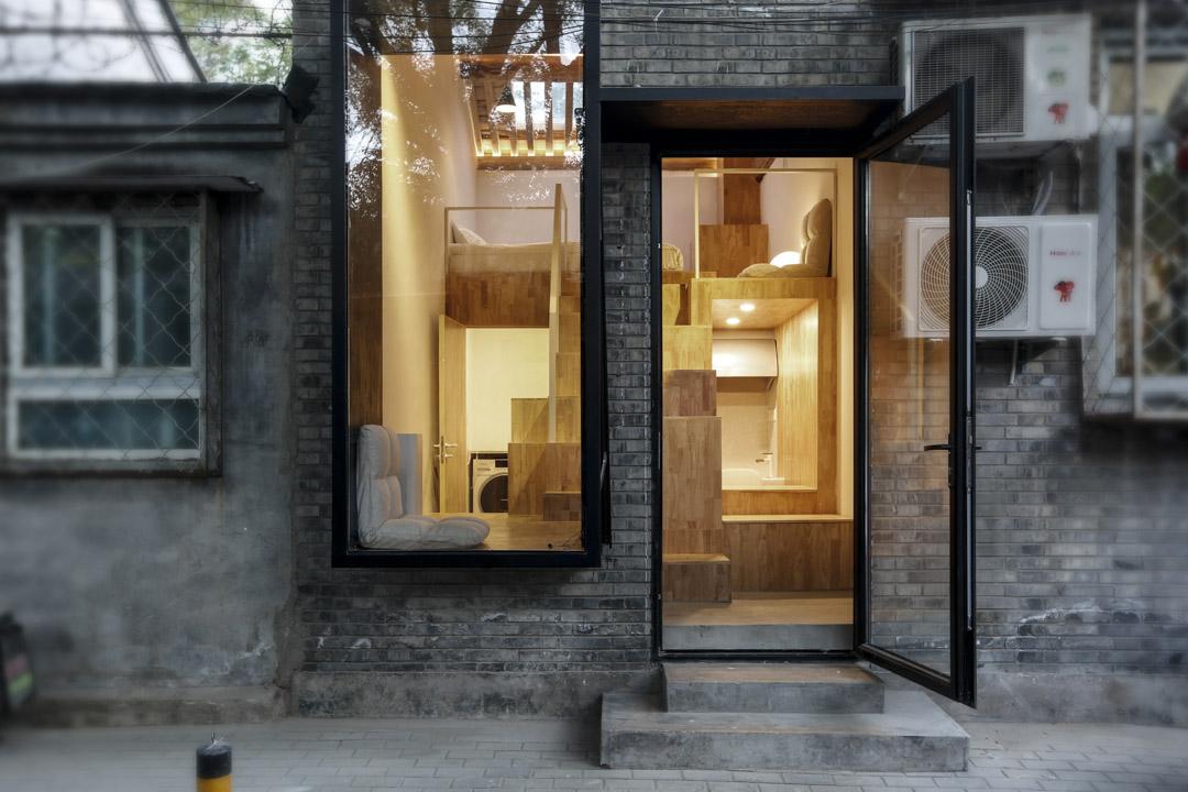 「櫥窗之家」。這是一個15平方米(約160呎,4.5坪)的隔間,要包含睡覺、洗澡、會客、工作等各項功能。朱起鵬和他的同事用鋼結構和木板設計了「一個體量複雜的植入體」,把它嵌入這座房子裏,室內空間便「被重新劃分為若干新的空間單元」。