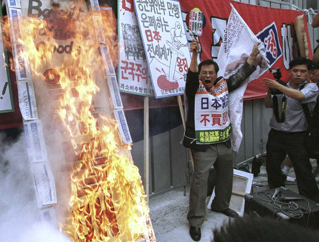 古今中外,教育都是政府社教化的工具,難以超脫政權的政治需要,歷史教育更是被利用為建立民族國家論述、族群集體記憶以至身份認同的一門學科。圖為2001年,南韓抗議日本教科書有關二戰時期侵略東亞的論述。