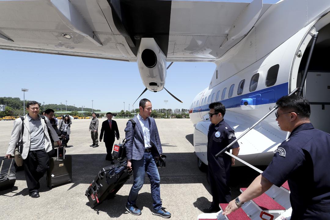 當地週三(23日),八名南韓記者在首爾機場登上南韓官方 VCN-235 運輸機,啟程直飛北韓元山,準備採訪豐溪里核試驗場廢棄儀式。 圖片來源:東方 IC