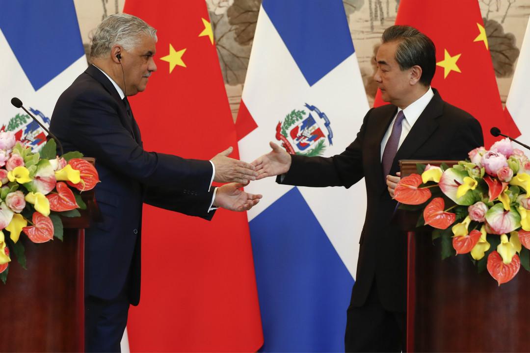 2018年5月1日,中國國務委員兼外長王毅與多米尼加共和國外長米格爾·巴爾加斯舉行簽字儀式。  攝:Damir Sagolj/Getty Images