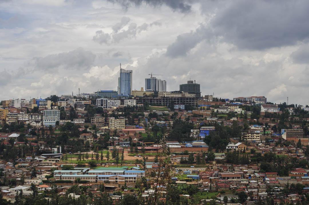 在大屠殺後短短二十多年的時間,盧旺達躍起成為非洲地區最安全、經濟發展最快速的國家之一,實質國內生產總值由2001至2014年平均增長達8%,貧窮線以下人口則由大屠殺後逾五成,降至少於四成。圖為盧旺達首都基加利的中心景觀。