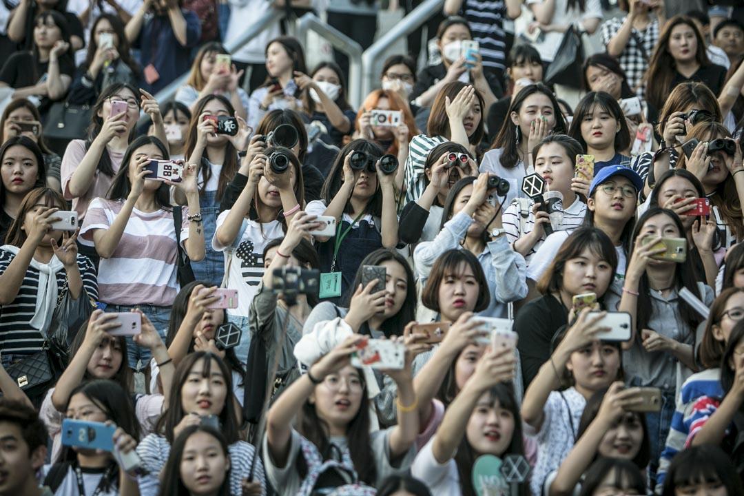 喜歡「防彈少年團」的人,除了亞洲已然陣容龐大的韓流粉絲群,還包括嘻哈流行樂迷,以及90年代以降,因為全球化新資本主義任何感覺被剝奪的世代,都在他們的聲音找到認同與希望。圖為K-pop歌迷。