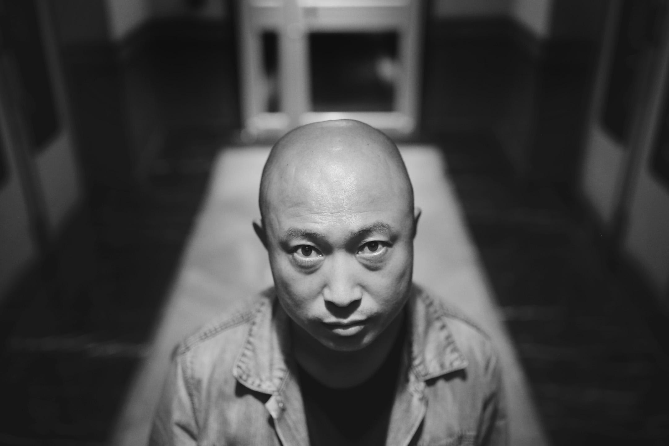 從中國最北部小城的中專生,到台灣電影金馬獎獲獎導演,耿軍沒有出人頭地的決心,沒有成為中心的渴望。他不過是「大多數人」中的一個人。 攝:尹夕遠/端傳媒
