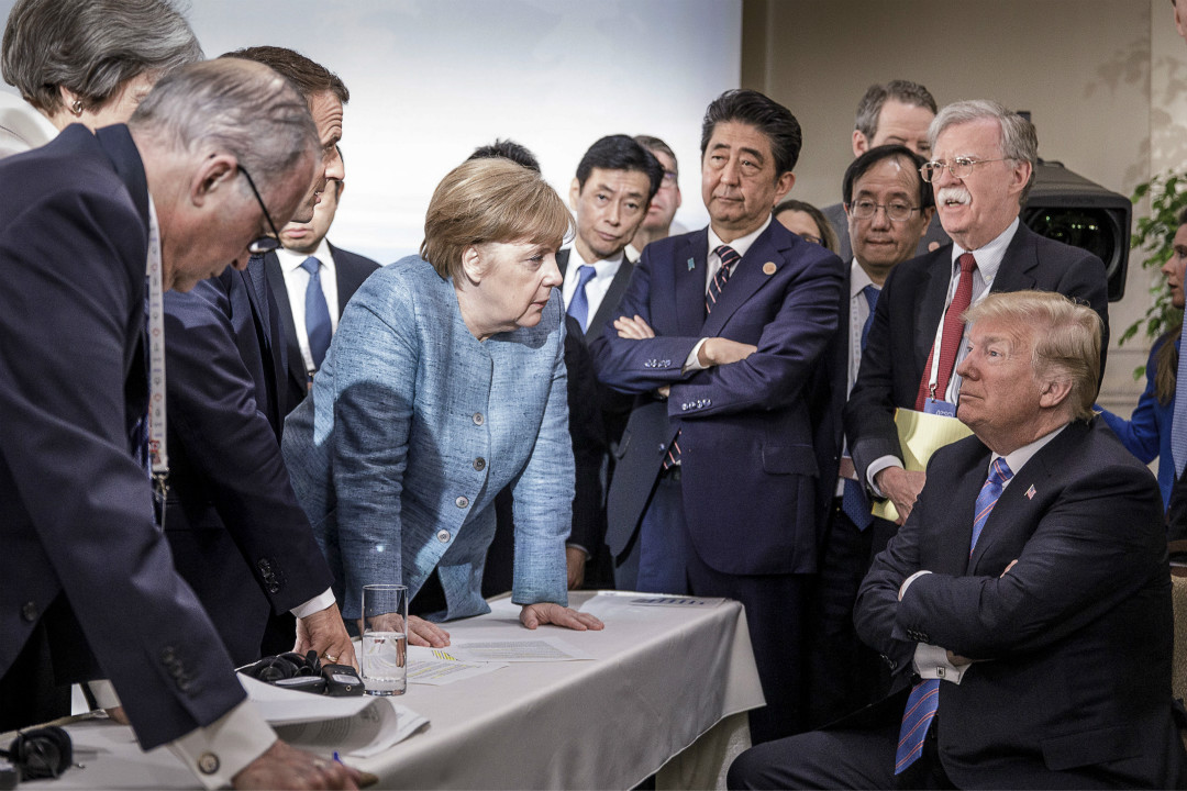 2018年6月9日,加拿大魁北克,G7 峰會第二日,德國總理默克爾、法國總統馬克龍等多國領導人同美國總統特朗普談話。 攝:Jesco Denze/Handout via EPA