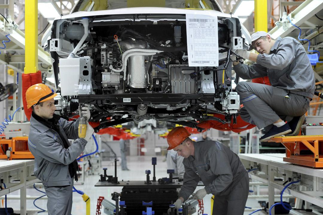 汽車行業在全世界直接創造了900萬就業崗位和4500萬個間接就業崗位,一場全球汽車貿易戰將會衝擊超過5000萬人的飯碗。圖為白俄羅斯企業BelGee員工,在巴里薩市附近的一間新的工廠裡,生產中國的吉利汽車。