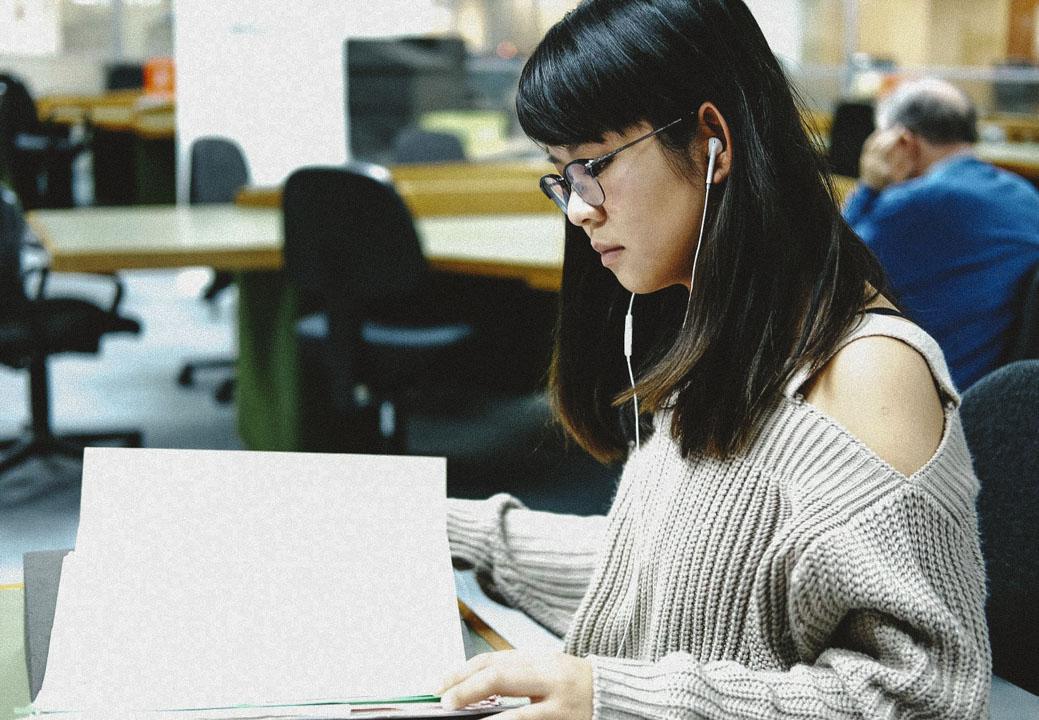22歲的葉靄瑤在倫敦藝術大學念設計系,是「香港前途研究計劃」駐倫敦的志願者,負責幫研究計劃在地拍攝檔案資料。