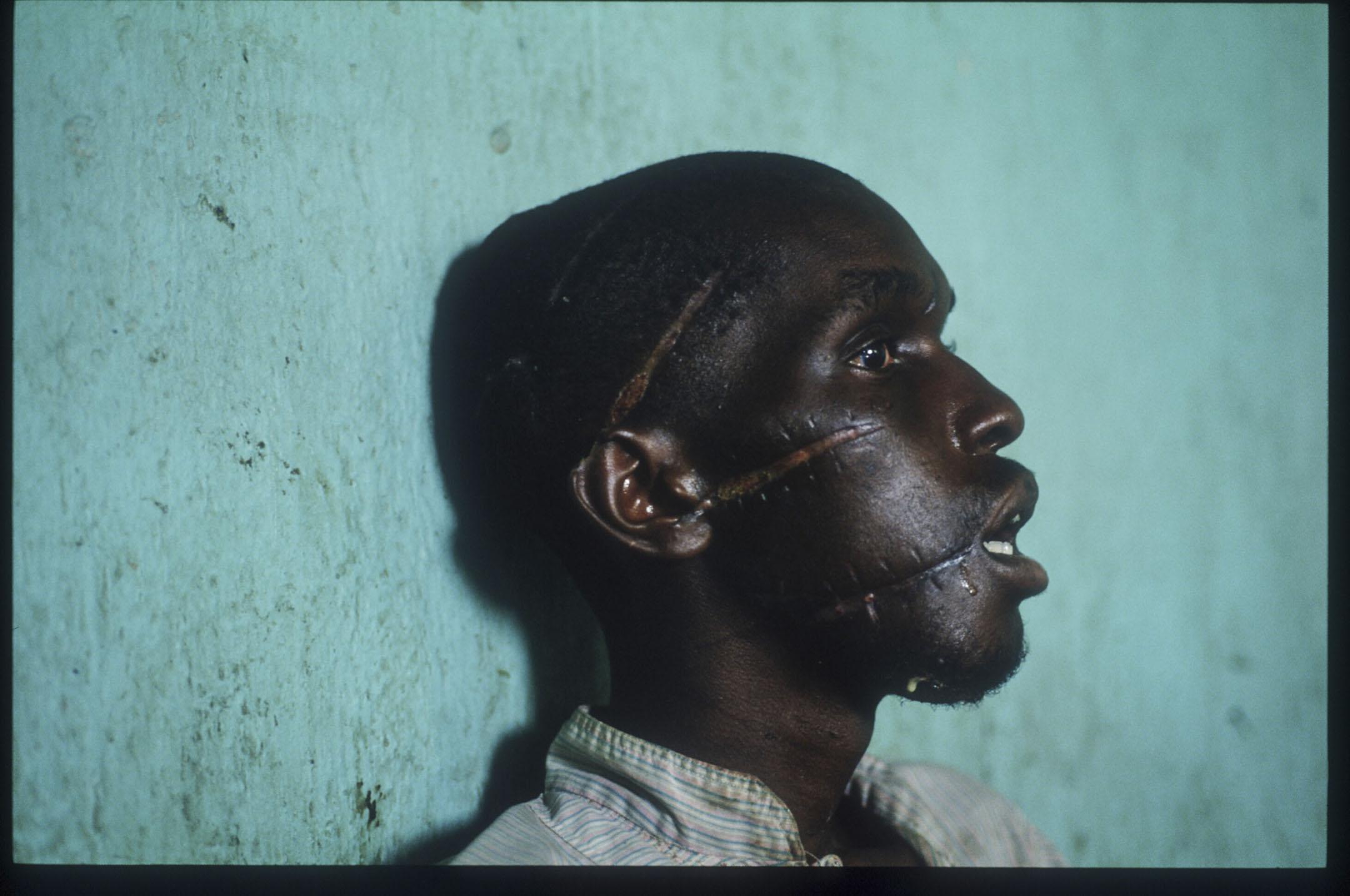 盧旺達的年輕一代,在大屠殺的陰影下逐漸成長起來,他們有的是受害者的下一代,年紀尚輕就失去家人;有的則是加害者的下一代,要在成長過程中,正視大屠殺的真相。抹不去的悲愴與憤怒、歷史與偏見,通通加載在了這些年輕人的身上。 攝:Scott Peterson/Liaison