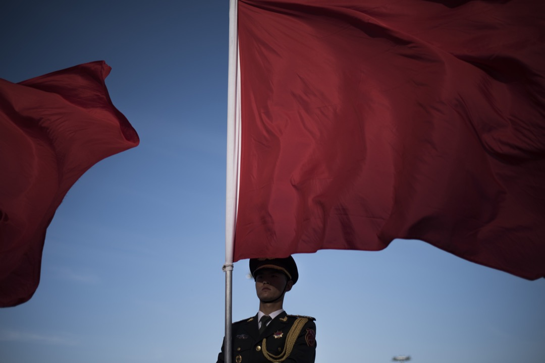 1949年之後,中國人民的感情沒辦法釋放,於是傾向於將自己的狂熱投射到國家之上。國家取代了宗教,在很多人心目中都變成神聖化的東西,凌駕在個人之上,而個人變得無能為力。 攝:Fred Dufour/AFP/Getty Images