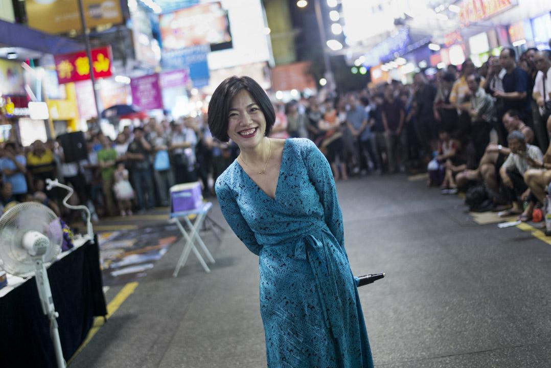 小龍女真名龍婷,今年37歲,在菜街走清高路線,一頭爽利短髮,通常身穿長裙, 她說自己不飆高音也不搞氣氛,只管「輕柔地唱歌」。