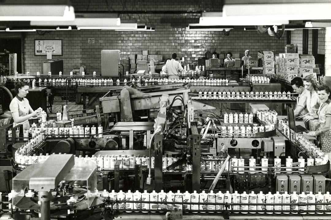 在20世紀的時候,社會能提供大量安定的工作予教育程度低的男性勞工。這些教育程度低的工人有較安定的工作,並有着傳統的家庭結構和工會成員身份,這一切會導致「政治安定化」。