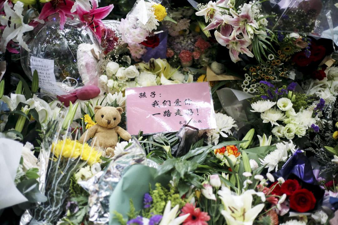 2018年6月29日,上海世界外國語小學浦北路校區附近,1名男子持刀砍傷3名男童及1名女性家長。其中2名受傷男童經搶救無效死亡。 6月29日,上海市民自發來到事發地,獻上菊花、點燃蠟燭,悼念不幸離世的兒童。 攝:Imagine China