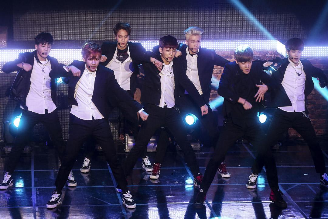 「防彈少年團」以偶像團體的組合,強調傳達現實並依自身經驗創作,打破男帥女美、舞曲情歌當道、千篇一律的K-pop局面,成為迎向千禧世代的先驅和集大成者。圖為2014年2月11日,南韓首爾,「防彈少年團」表演新歌。