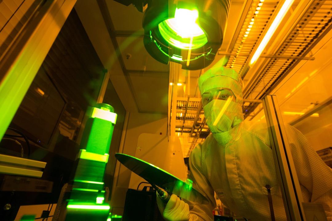 圖為半導體製造廠員工對矽晶圓進行質量檢查。 攝:Krisztian Bocsi/Bloomberg via Getty Images