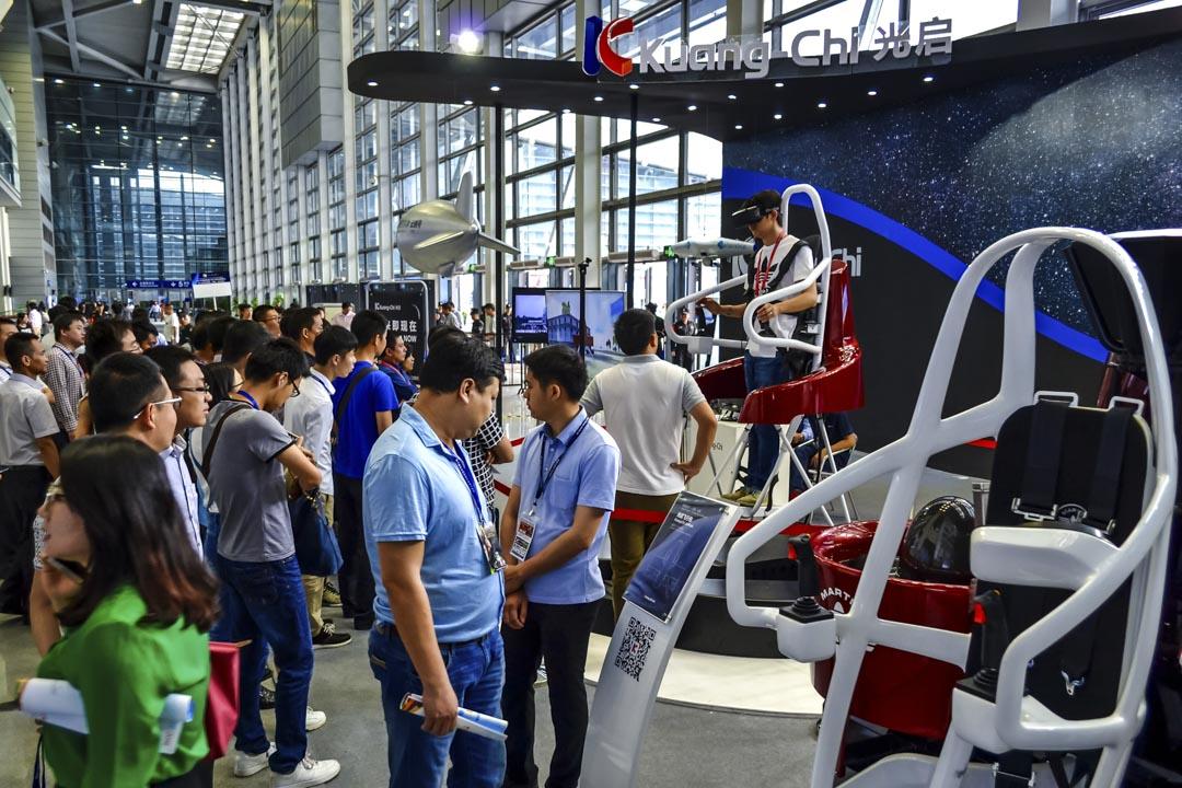 2016年4月9日,光啟科技在深圳會展中心放置了一台模擬飛行的機器,體驗者通過VR眼鏡體驗模擬飛行的樂趣。