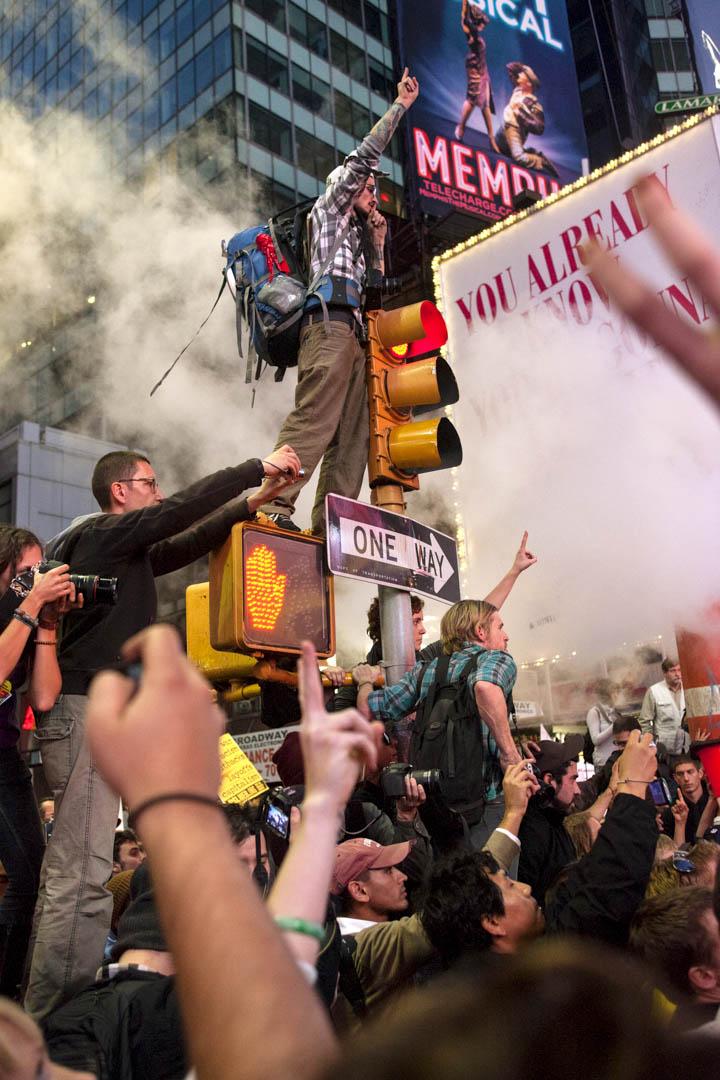 許多不同的社會運動也會佔領一些公共地方來議論和演說。這樣的事情在世界各地也有發生,大家都想透過佔領得到一種安定的感覺。圖為2011美國佔領華爾街。