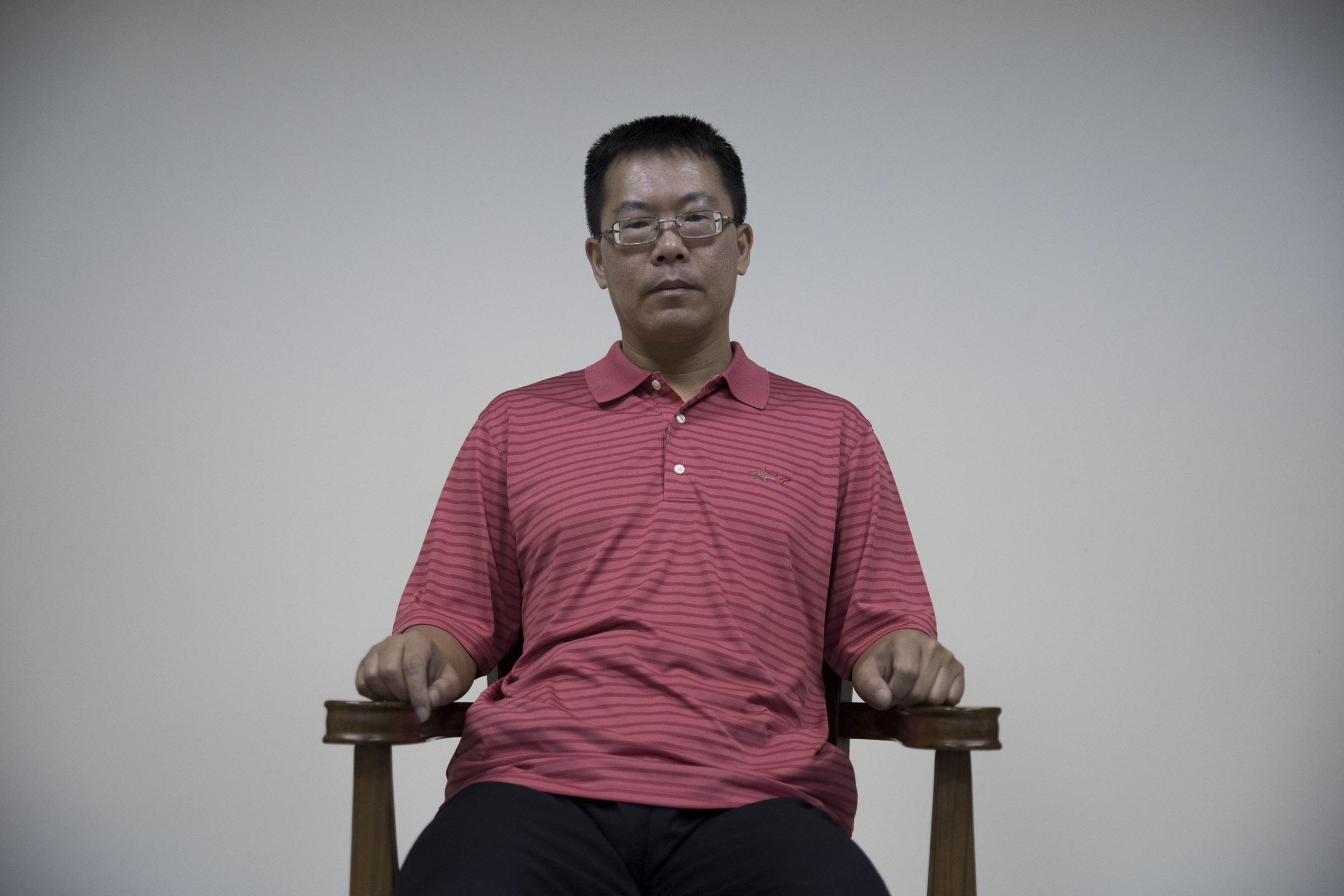 四年前的六四維園燭光晚會,滕彪當時還是中國政法大學法律系教授,也是執業律師。他不顧先前國保的警告,現身發表演說。台上一句「退無可退」,說的是香港,也預告了自己日後的人生。 攝:蕭茜晴/端傳媒