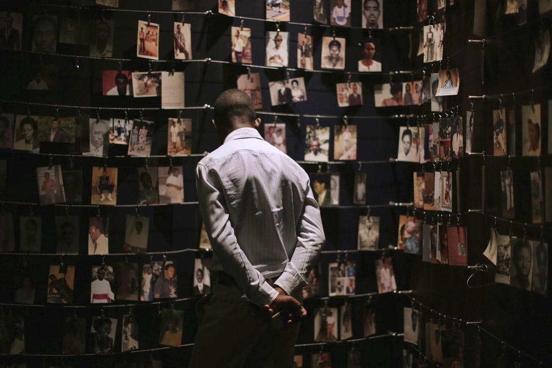 跟任何遭受過可怕暴行的社會一樣,盧旺達在大屠殺後不得不面對持續的社會創傷,下一代的盧旺達人,也無可避免承受上一代人所經歷的後遺症。 圖為2014年4月5日,盧旺達大屠殺20週年,當年受害者的照片掛在基加利種族屠殺紀念中心作紀念。