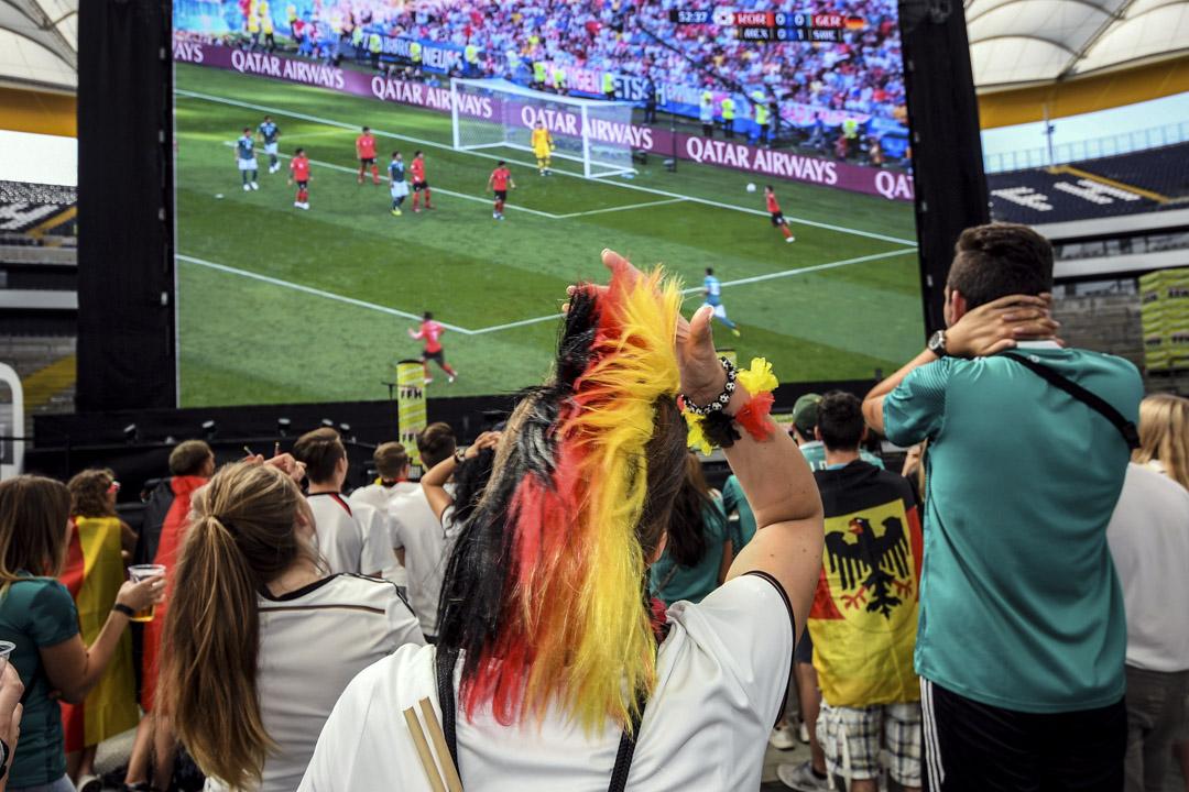 俄羅斯世界盃分組賽最後一場,衞冕冠軍德國輸給南韓2:0,80年來首次在分組賽後被淘汰出局。德國球迷在國內觀戰時對賽情表達失望。 攝: Andreas Arnold/AFP/Getty Images