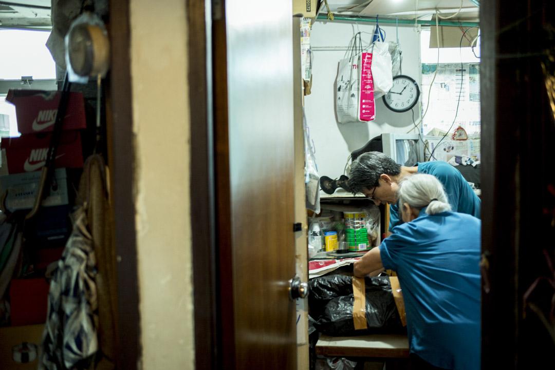 5月的一個早上,任職製衣多年的Ivan到元朗為長者羅太拆除衣車,並之後與義工一起搬到女工會。