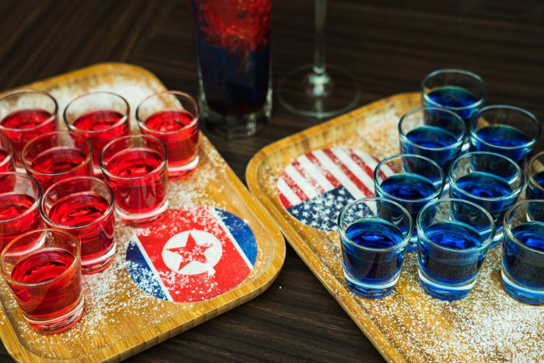 你看到的「特金會」,是「紅色」還是「藍色」? 攝:Nicky Loh/Bloomberg via Getty Images